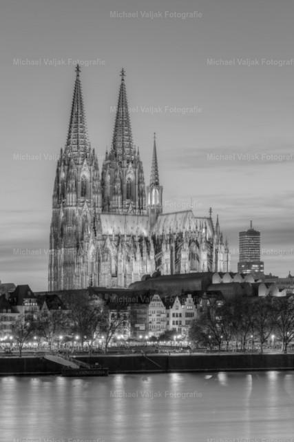 Kölner Dom am Abend schwarz-weiß | Majestätisch erhebt sich der Kölner Dom hinter den Häusern der Altstadt.