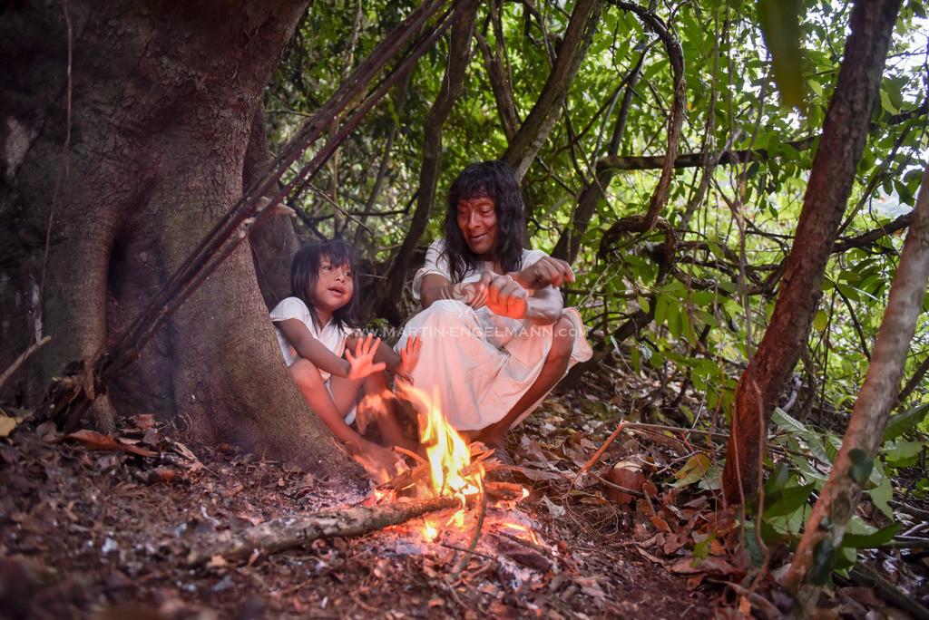 20170413-750_1741-fertig | Mexiko, Chiapas, Metzabok, Juanito mit Sohn Lagerfeuer