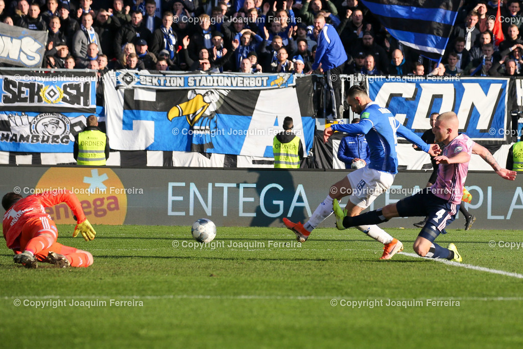 191221svdvshsv_1096 | 21.12.2019 Fussball 2.Bundesliga, SV Darmstadt 98-Hamburger SV emspor, despor  v.l.,  Goalkeeper, Torwart Daniel Heuer Fernandes (Hamburger SV), Serdar Dursun (SV Darmstadt 98), Goal scored, Tor zum 2:2, Rick van Drongelen (Hamburger SV)    (DFL/DFB REGULATIONS PROHIBIT ANY USE OF PHOTOGRAPHS as IMAGE SEQUENCES and/or QUASI-VIDEO)
