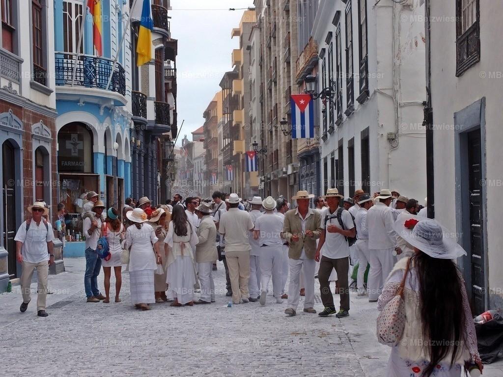 P2087665   Weiß gepuderte Straßen und weiß gekleidete Menschen