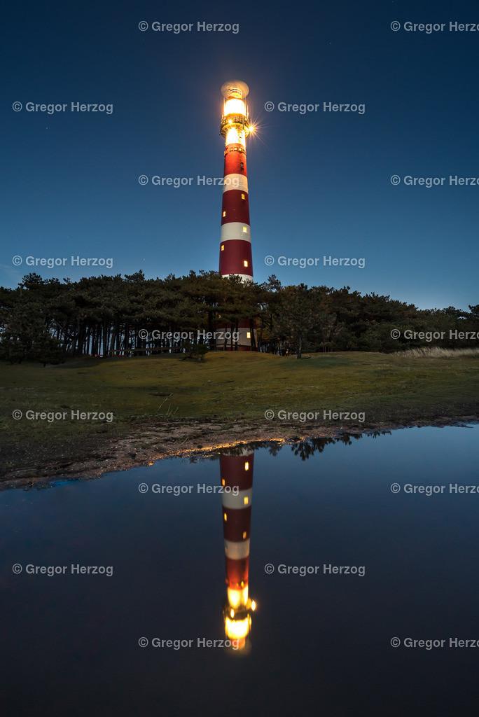 Spiegelung Leuchtturm Ameland | Ein toller Moment festgehalten in einer stürmischen Regennacht auf der Insel Ameland