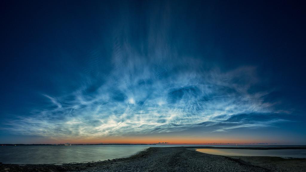 Midsummer Noctilucence | Riesiges Feld nachtleuchtender Wolken über der Kieler Außenförde in der Mittsommernacht.