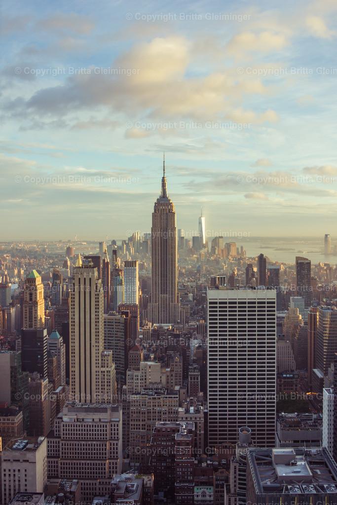 Suntouched City   New York bereitet sich auf den Abend vor und die Abendsonne taucht die Stadt in ein goldenes Licht. Manhatten mit dem Empire State Building und im Hintergrund das One World Trade Center.