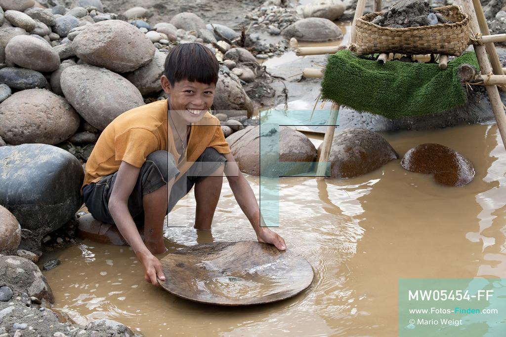 MW05454-FF | Myanmar | Kachin State | Myitson | Adee beim Goldwaschen am Fluss. Der 13-jährige Maung Adee lebt mit seiner Tante und seinem Onkel im Dorf Thanphe, drei Kilometer vom Zusammenfluss des Ayeyarwady. Dort schürft Adee mit seiner Familie nach Gold.  ** Feindaten bitte anfragen bei Mario Weigt Photography, info@asia-stories.com **