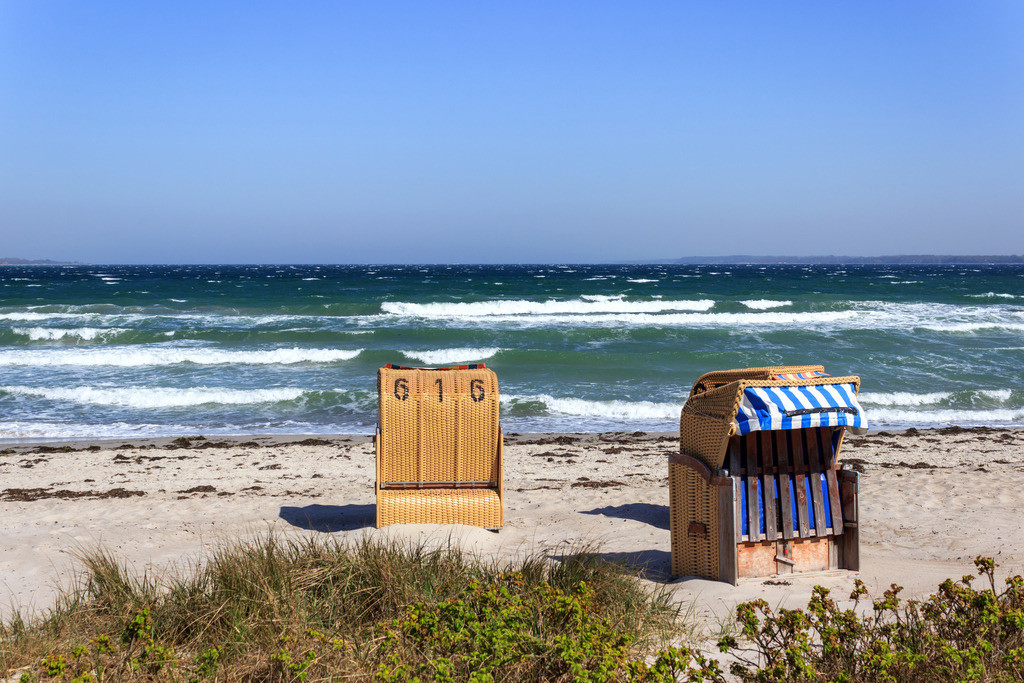 Strandkörbe an der Ostsee | Wellen am Strand in Eckernförde