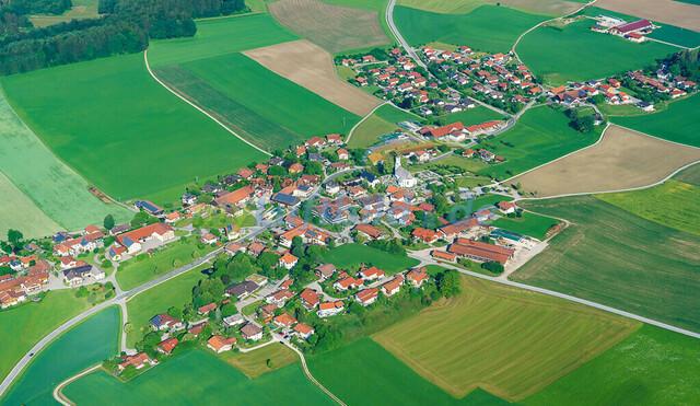 luftbild-nussdorf-chiemgau-bruno-kapeller-10 | Luftaufnahme von Nußdorf im Chiemgau, Sommer 2018. Das Dorf befindet sich ca.5 km vom Chiemsee entfernt, Landkreis Traunstein.
