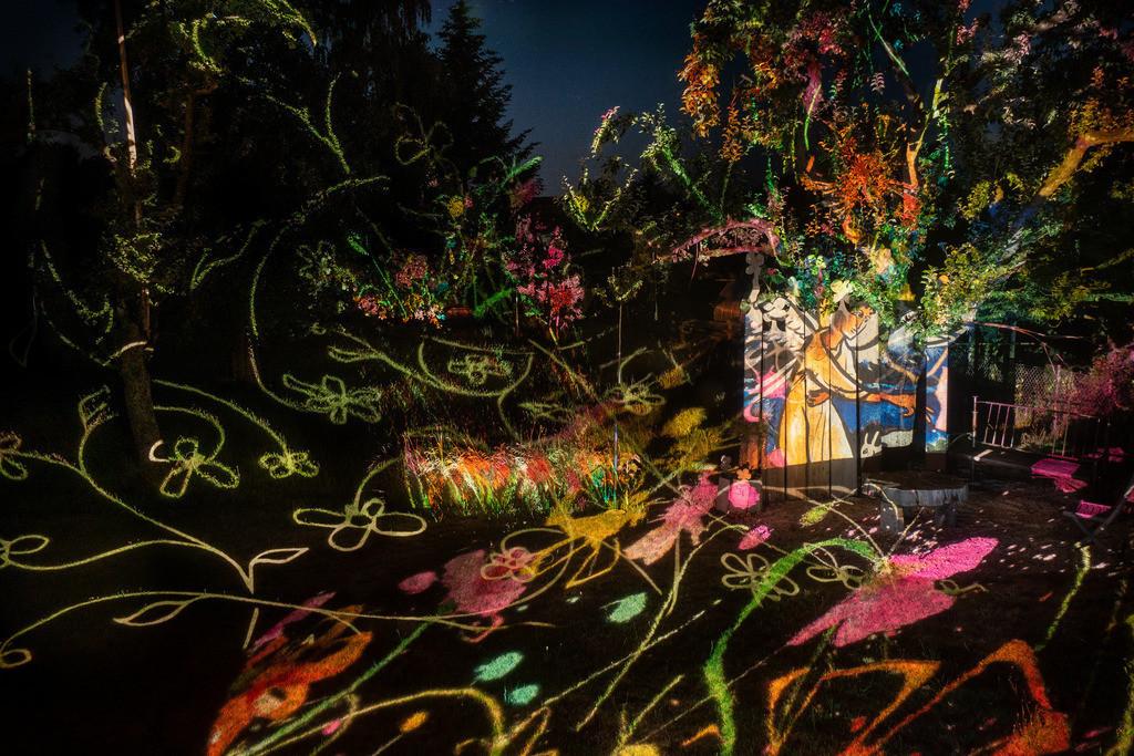 Bunter Abend 5   Den Garten in ein Märchen verwandeln.Es bedarf nur  viele meiner Bilder, einen Photoapparat, 6 Projektoren, einen Kopf voll Ideen und einen Abend Zeit sie sichtbar zu machen. Diese Motive können sich auch zur Gestaltung von Postkarten, Einladungen oder Sprüchen eignen. - enjoy!