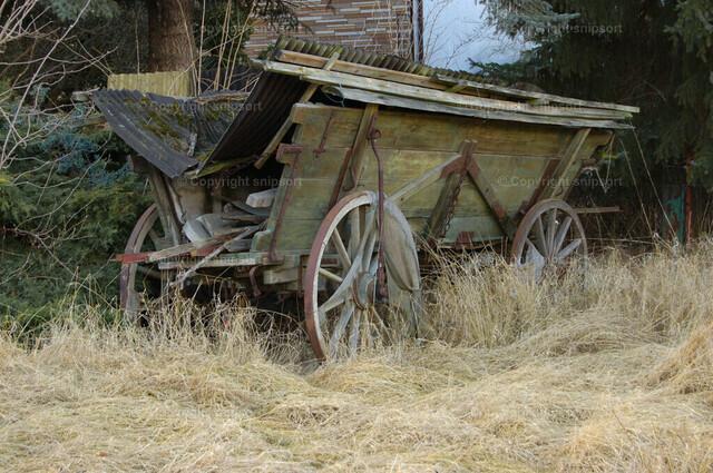 Alter Pferdewagen | Altes, baufälliges Pferdefuhrwerk in einem Dorf.