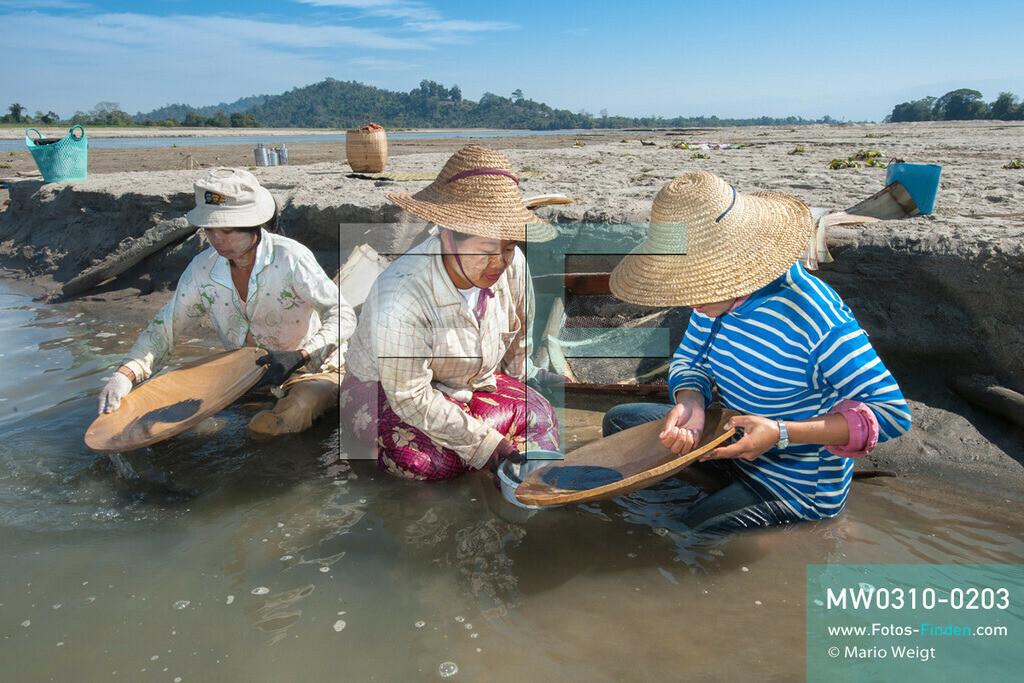 MW0310-0203 | Myanmar | Kachin State | Reportage: Schiffsreise von Bhamo nach Mandalay auf dem Ayeyarwady | Goldwäscherinnen im Ayeyarwady  ** Feindaten bitte anfragen bei Mario Weigt Photography, info@asia-stories.com **