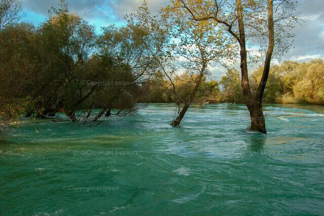 Hochwasser   Ein Fluss tritt aus den Ufern