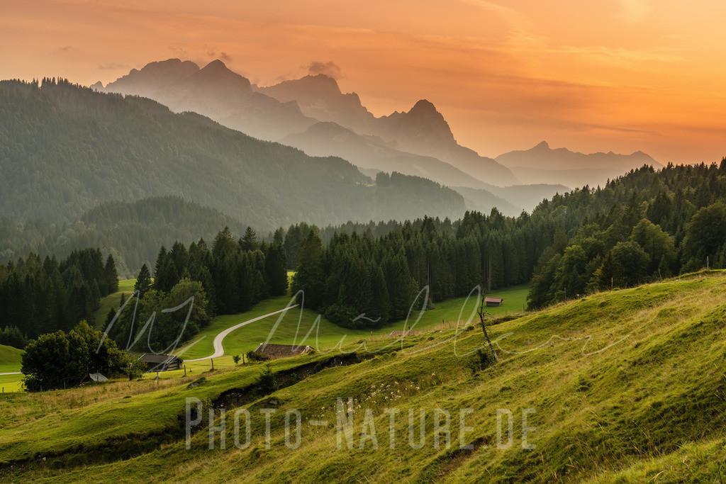 Wunderschöne Abendstimmung in der Zugspitzregion | Ein herrlicher Abend in der Zugspitzregion mit einem vielfältigen Farbenspiel.