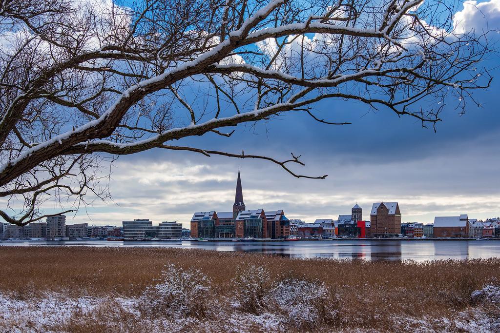 Blick über die Warnow auf die Hansestadt Rostock im Winter   Blick über die Warnow auf die Hansestadt Rostock im Winter.