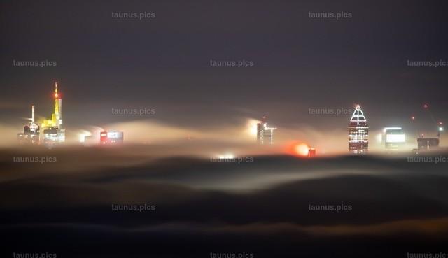 Nebel über Frankfurt   12.11.2020, Königstein (Hessen): Die Frankfurter Skyline ragt am späten Abend kurz vor Mitternacht von der Burgruine Falkenstein aus gesehen aus einem Nebelmeer.