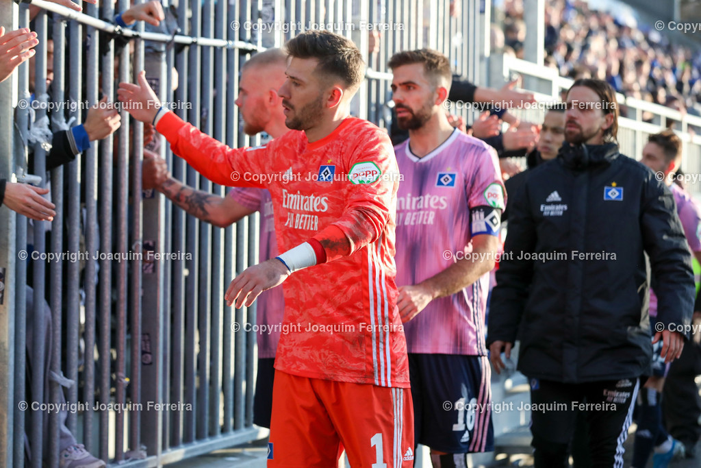 191221svdvshsv_1611 | 21.12.2019 Fussball 2.Bundesliga, SV Darmstadt 98-Hamburger SV emspor, despor  v.l.,  Goalkeeper, Torwart Daniel Heuer Fernandes (Hamburger SV),Lukas Hinterseer (Hamburger SV),bedankt sich bei den Fans, bedanken, Dank. Mannschaft nach dem Spiel, after the match bedankt sich bei den Fans, applauds the fans    (DFL/DFB REGULATIONS PROHIBIT ANY USE OF PHOTOGRAPHS as IMAGE SEQUENCES and/or QUASI-VIDEO)