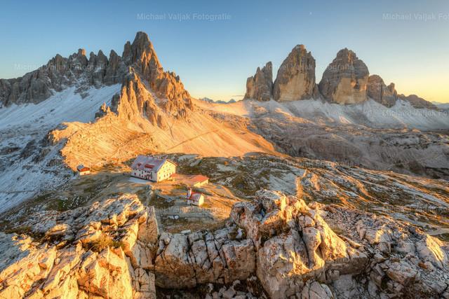 Dreizinnenhütte im Abendlicht  | Die letzten Sonnenstrahlen treffen auf die Dreizinnenhütte und den Paternkofel in den Dolomiten an einem Abend im Herbst.