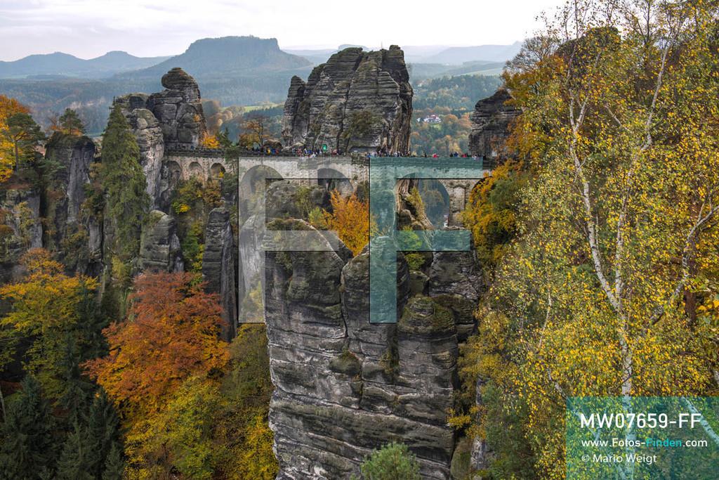 MW07659-FF   Deutschland   Sachsen   Sächsische Schweiz   Aussichtspunkt Ferdinandstein im Herbst. Die 76 m lange Basteibrücke am Malerweg ist das berühmte Wahrzeichen und die meistbesuchte Touristenattraktion des Elbsandsteingebirges. Von mehreren Aussichtspunkten hat der Besucher einen fantastischen Panoramablick über das Elbtal und die Umgebung. Im Hintergrund: der markante Tafelberg Lilienstein.  ** Feindaten bitte anfragen bei Mario Weigt Photography, info@asia-stories.com **