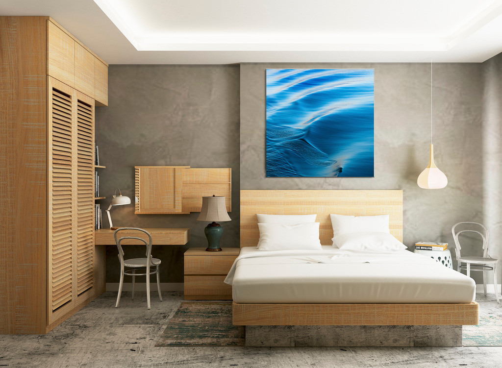 Ruhiges blaues Wellenmotiv fürs Schlafzimmer | Anwendungsbeispiel für die Gestaltung Ihres Schlafbereichs. Sie finden dieses Motiv in der Galerie Farben und Formen - Wasser