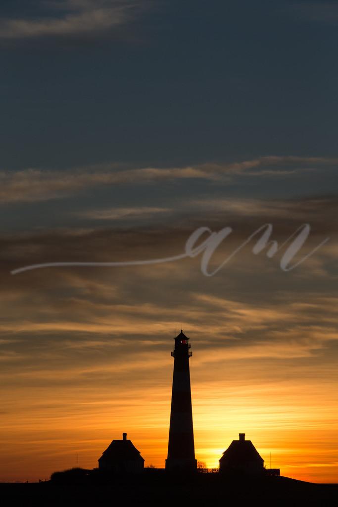 Hochformatbild vom Sonnenuntergang Westerheversand | WesterheverLeuchtturm im Sonnenuntergang