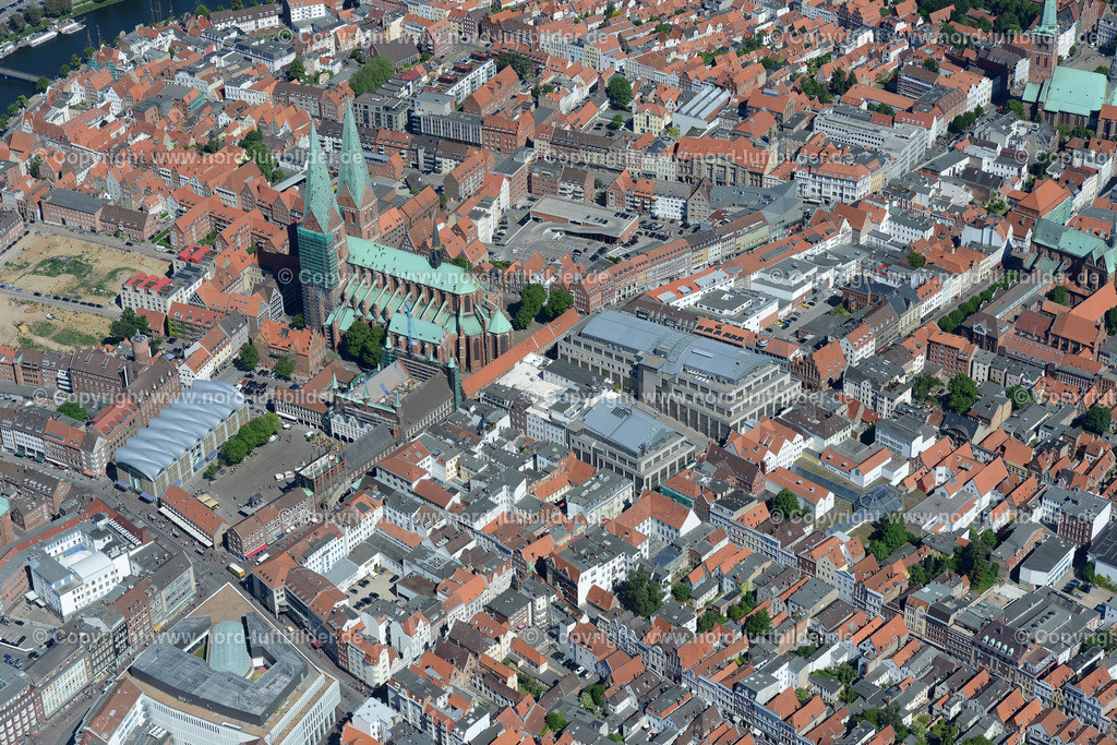 Lübeck_ELS_8551151106 | Lübeck - Aufnahmedatum: 10.06.2015, Aufnahmehoehe: 611 m, Koordinaten: N53°51.605' - E10°41.528', Bildgröße: 7127 x  4757 Pixel - Copyright 2015 by Martin Elsen, Kontakt: Tel.: +49 157 74581206, E-Mail: info@schoenes-foto.de  Schlagwörter;Foto Luftbild,Altstadt,HolstenTor,Kirche,Hanse,Hansestadt,Luftaufnahme,