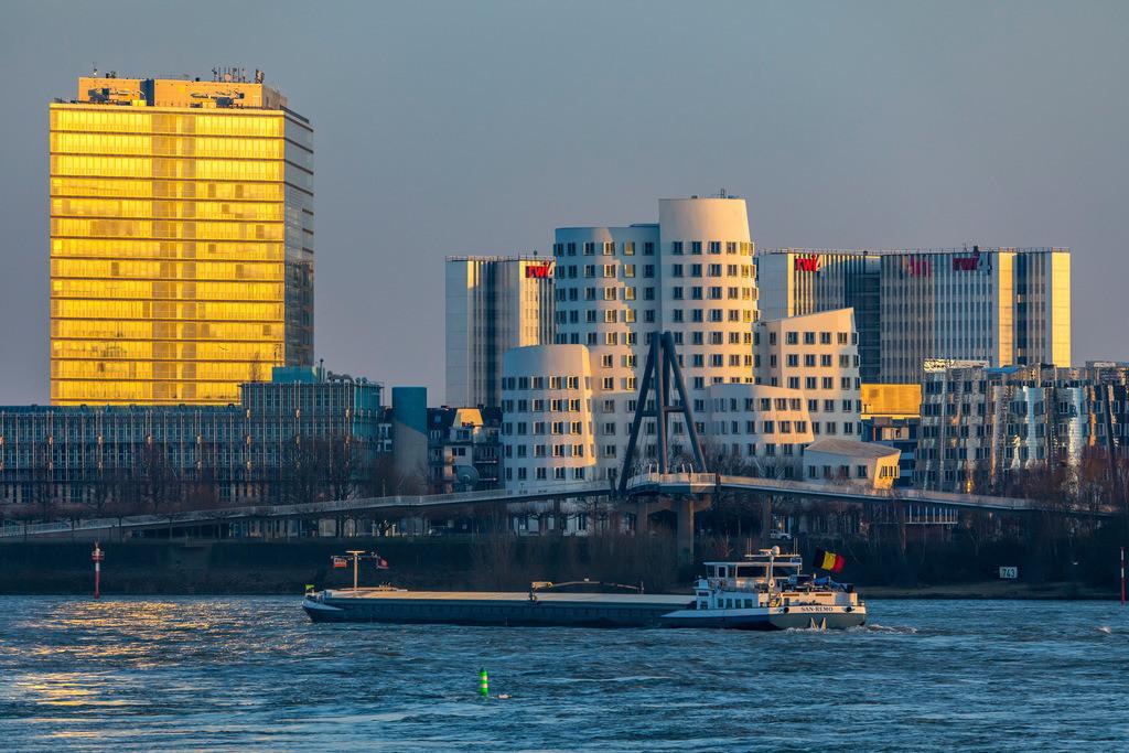 JT-180222-220 | Düsseldorf, die Gehry Bauten, Neuer Zollhof,  im Medienhafen, links das Stadttor Gebäude, hinten der RWI4 Gebäude Komplex, Rhein, Frachtschiff,