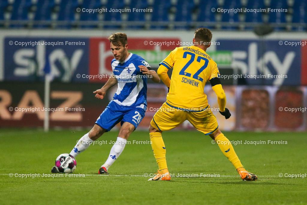 "201127_svdvsbvt_0211 | 27.11.2020, xjfx, Fussball 2.BL SV Darmstadt 98 - Eintracht Braunschweig,  emspor, emonline, despor, v.l.,  Matthias Bader (SV Darmstadt 98), Manuel Schwenk (Eintracht Braunschweig), ""SKY"" bet     (DFL/DFB REGULATIONS PROHIBIT ANY USE OF PHOTOGRAPHS as IMAGE SEQUENCES and/or QUASI-VIDEO)"