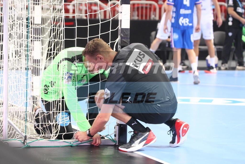 Handball Supercup   Peter Johannesson repariert gemeinsam mit dem Referee das Netz - © by K-Media-Sports / Sportfoto-Sale.de