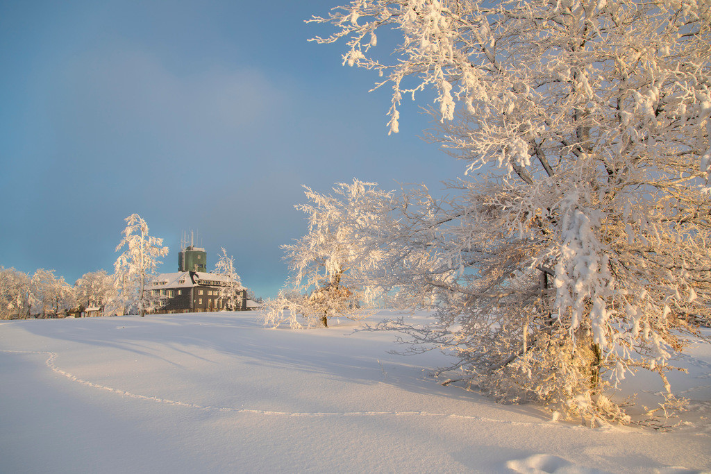 JT-170116-130 | Winter auf dem Kahlen Asten, Sauerland, höchster Berg in NRW, tief verschneite Landschaft, Astenturm, Wetterstation und Gastronomie,