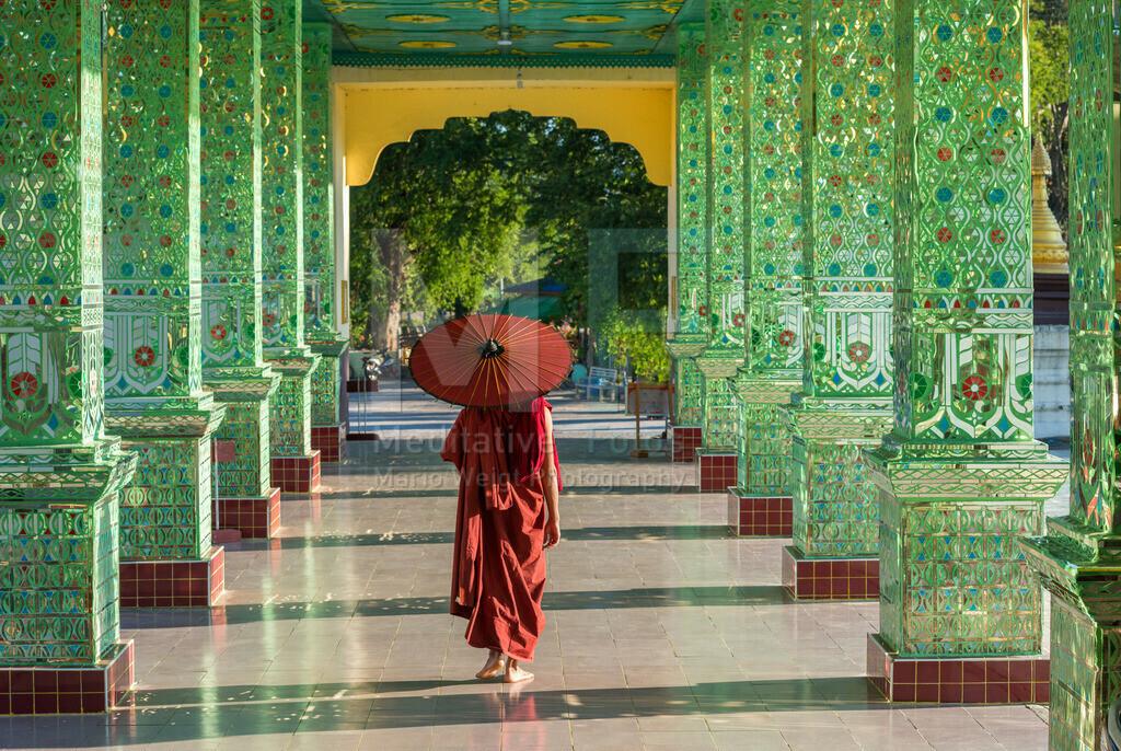 MW0119-5337 | Fotoserie DER ROTE SCHIRM | Mönch im Säulengang