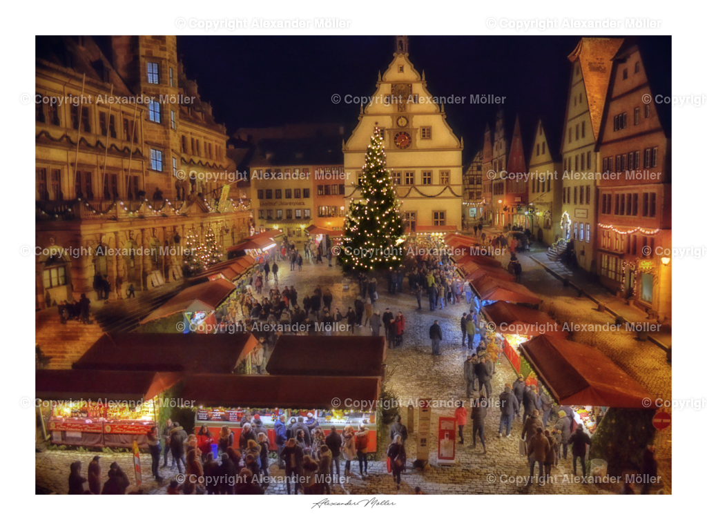 Rothenburg ob der Tauber No.89   Dieses Werk zeigt den Reiterlesmarkt. Alle Jahre wieder verwandelt sich das mittelalterliche Rothenburg in ein Wintermärchen. Schon seit dem 15. Jahrhundert wird die festliche Adventszeit durch einen wundervollen Weihnachtsmarkt begleitet.