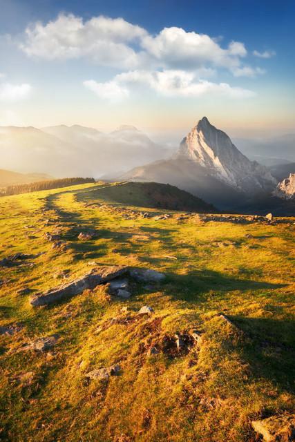 Pilgerpfad in den Bergen | Das letzte Licht des Tages streift den Pilgerpfad durchs spanische Baskenland. Der Sonnenuntergang wärmt noch einmal für einige Minuten die Landschaft.