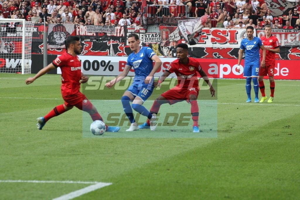 Bayer 04 Leverkusen - TSG 1899 Hoffenheim | Hoffenheims Sebastian Rudy (mitte) wird von Kevin Volland (rechts) udnWendell verteidigt