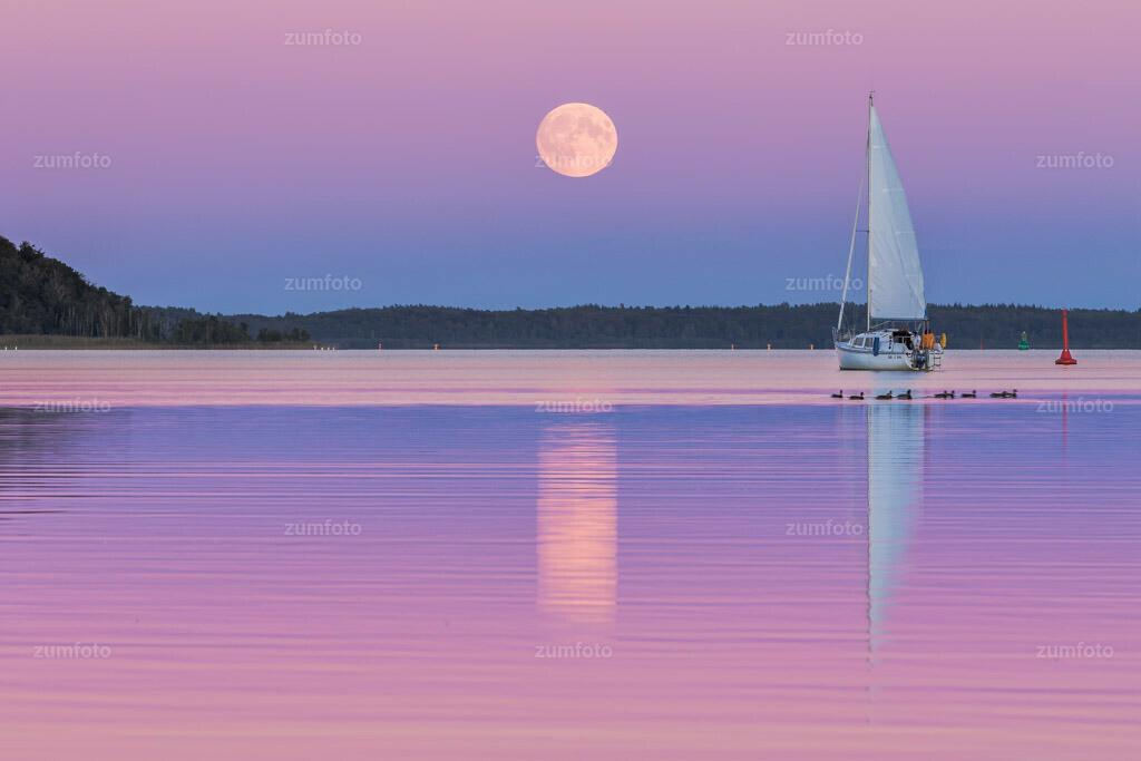 0-150927_175408-4529 | Dateigröße 5472 x 3648 Pixel Mondaufgang über dem Kölpinsee mit Segelboot