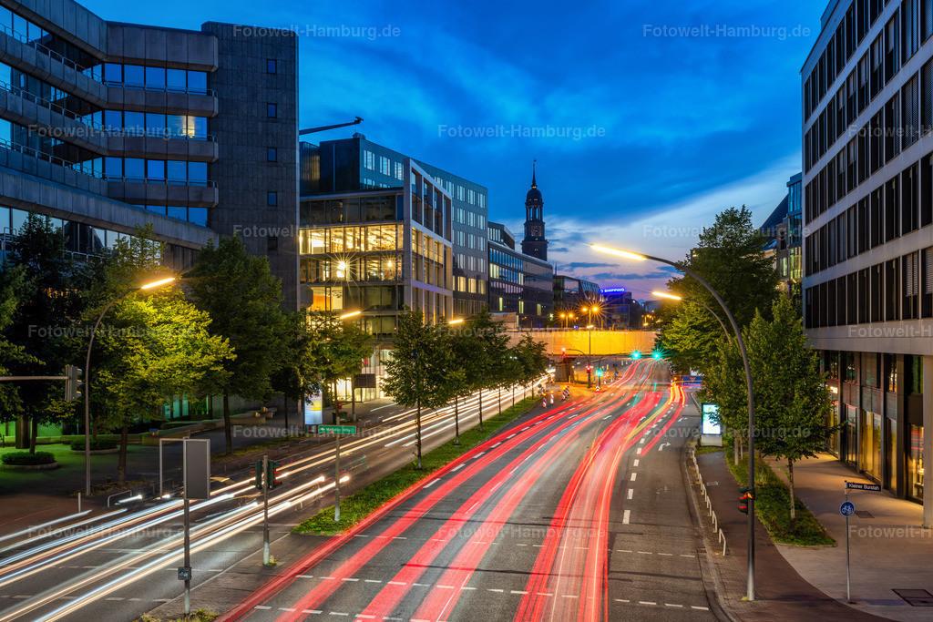10210806 - Hamburg City Lights VI   Eindrucksvolle Light-Trails in Hamburgs City mit Blick auf den Michel.