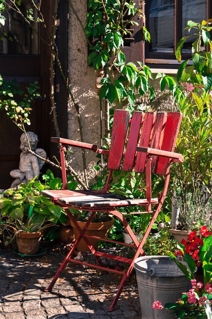 Roter Stuhl im Vorgarten