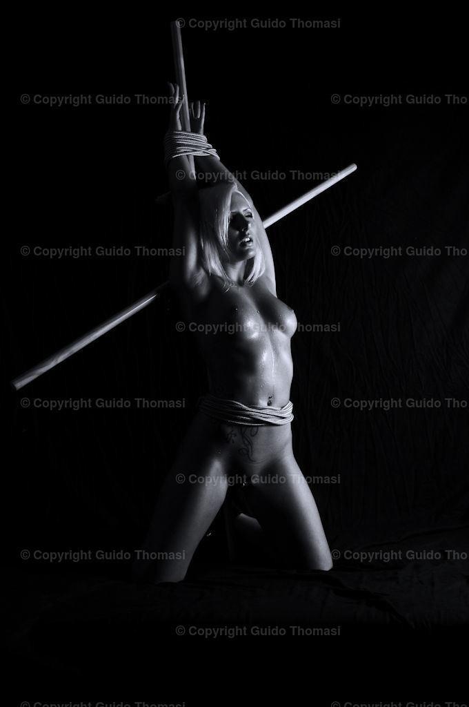 Bondagegirl  | Aus der Serie Bondage vor Schwarz