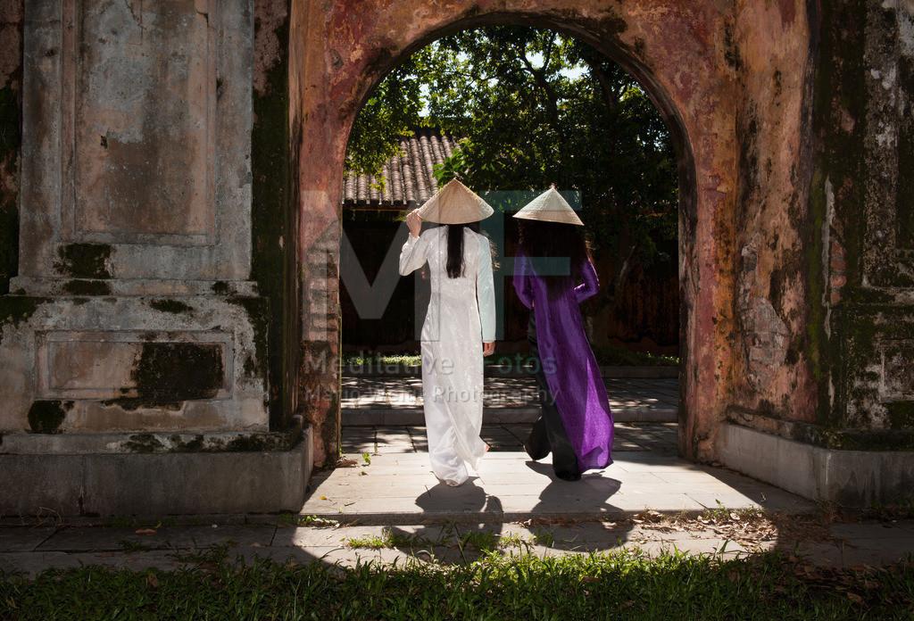 Hue | Junge Vietnamesinnen im traditionellen Gewand Ao Dai in der alten Kaiserstadt Hue
