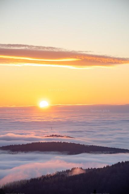 Sonnenuntergang über dem Nebel | 26.11.2020, Kronberg (Hessen): Blick vom Altkönig im Taunus auf den Sonnenuntergang über dem Hochnebel.