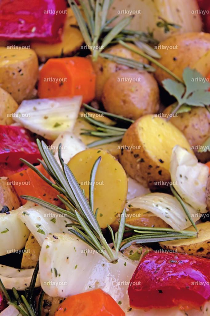 Mediterranes Grillgemüse | Mediterranes Grillgemüse mit Tomaten, Kartoffeln, Fenchel, Möhren, Rosmarin, Thymian, Knoblauch, Blattpetersilie, gutem Olivenöl, grobem Meersalz und etwas Balsamico
