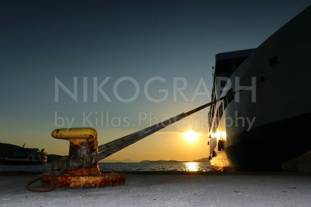 Sunset in Igoumenitsa (Ηγουμενίτσα)   Ein romantischer Sonnenuntergang am Fährhafen von Igoumenitsa.  Der Fährhafen von Igoumenitsa verbindet das griechische Festland mit Korfu (Κέρκυρα) sowie den Fährhäfen Bari, Brindisi, Venedig und Ancona an der italienischen Adriaküste.  Neben dem Fährhafen ist Igoumenitsa an die Autobahn Egnatia Odos (A2) angebunden  Igoumenitsa beheimatet rund 26.000 Einwohner und gehört dem Regionalbezirk Thesprotia (Θεσπρωτία), der Region Epirus (Ήπειρος) an. Mit der deutschen Stadt Velbert unterhält Igoumenitsa eine Städtepartnerschaft.