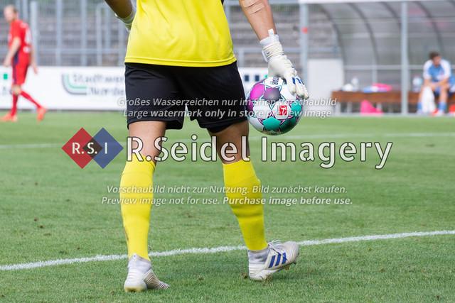 Fußball, Herren, LOTTO-Pokal Halbfinale, FC Eintracht Norderstedt - Altona 93, Edmund-Plambeck-Stadion, 16.08.2020 | Ausschnitt Torwart mit Ball