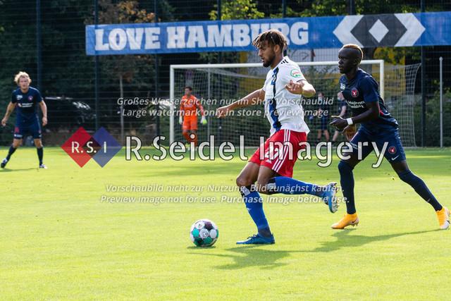 Fußball, Herren, Testspiel, Hamburger SV - FC Midtjylland, HSV-Trainingsplatz am Volksparkstadion, 20.08.2020 | Josha Vagnoman (#27, HSV), Awer Bul Mabil (#11, Midtjylland)