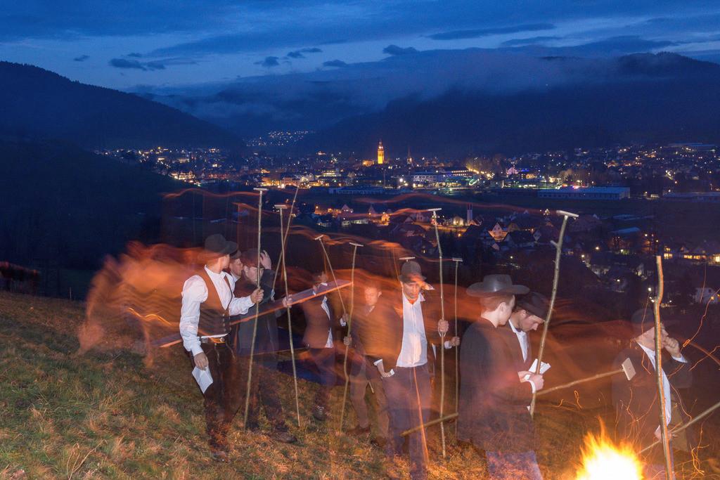 Scheibenschlagen | Scheibenschlagen ist ein alter Brauch im Schwarzwald, meist kurz vor Ostern schleudern die Jugendlichen über eine Rampe glühende Holzscheiben ins Tal.