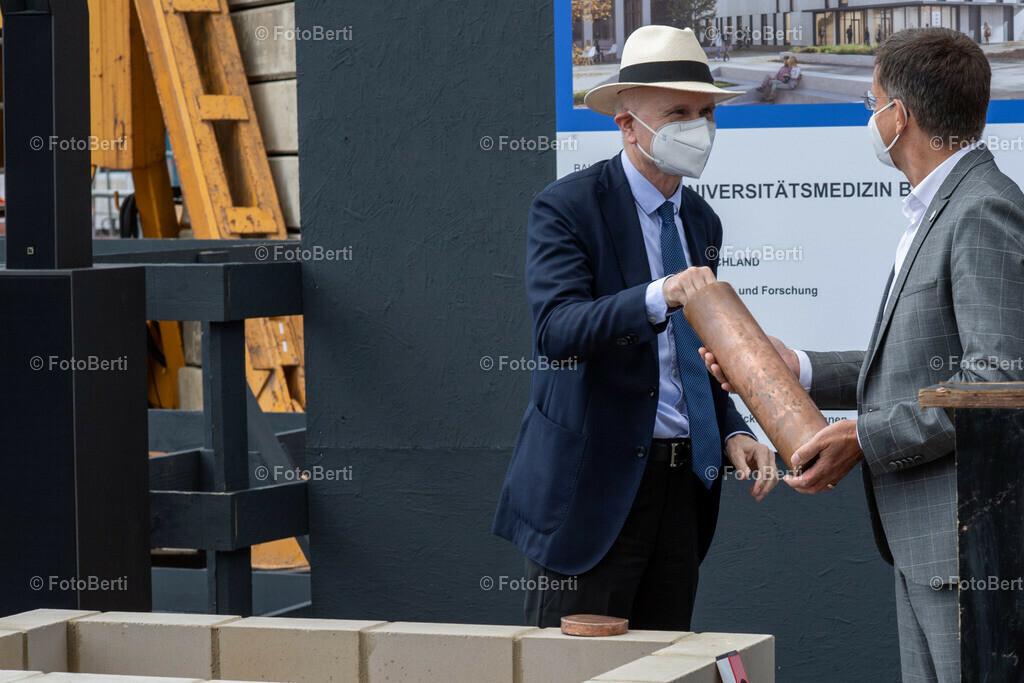 Grundsteinlegung der Forschungsgebäude Si-M & BeCat | Prof. Dr. Axel R. Pries, Dekan der Charité befüllt die Timecapsule