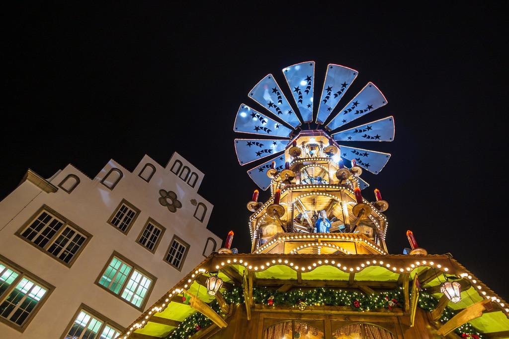 rk_05243 | Eine Pyramide auf dem Weihnachtsmarkt in Rostock.