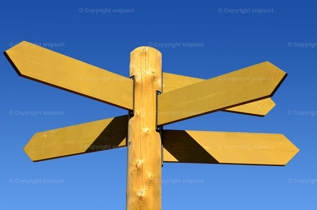 Wegweiser mit fünf Richtungspfeilen | Blanko-Wegweiser aus Holz mit fünf Richtungspfeilen und blauem Himmel im Hintergrund.