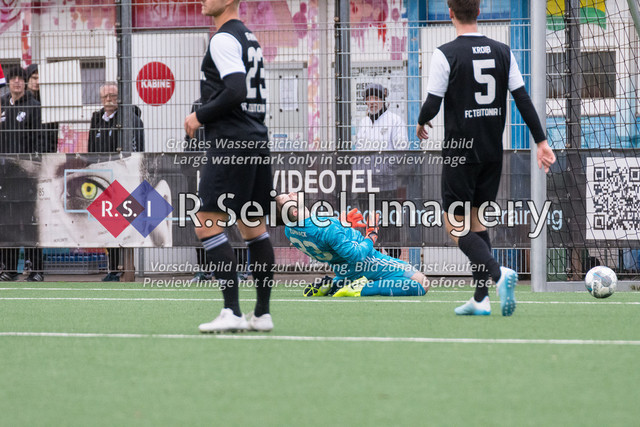 1:0 Elfmeter-Tor durch Lukas-Gabriel Kourkis (#7, Sasel) | Yannick Joschka Zummack (#33, Teutonia, Torwart) ist frustriert über den Elfmeter-Treffer