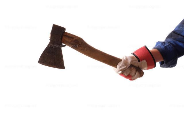 Axt in der Hand von einem Holzfäller | Handwerker mit einer Axt vor weissem Hintergrund