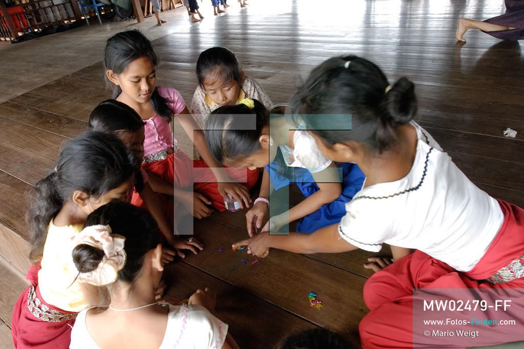 MW02479-FF | Kambodscha | Phnom Penh | Reportage: Apsara-Tanz | Schülerinnen einer Tanzschule spielen in der Pause. Sie lernen den Apsara-Tanz. Sechs Jahre dauert es mindestens, bis der klassische Apsara-Tanz perfekt beherrscht wird. Kambodschas wichtigstes Kulturgut ist der Apsara-Tanz. Im 12. Jahrhundert gerieten schon die Gottkönige beim Tanz der Himmelsnymphen ins Schwärmen. In zahlreichen Steinreliefs wurden die Apsara-Tänzerinnen in der Tempelanlage Angkor Wat verewigt.   ** Feindaten bitte anfragen bei Mario Weigt Photography, info@asia-stories.com **