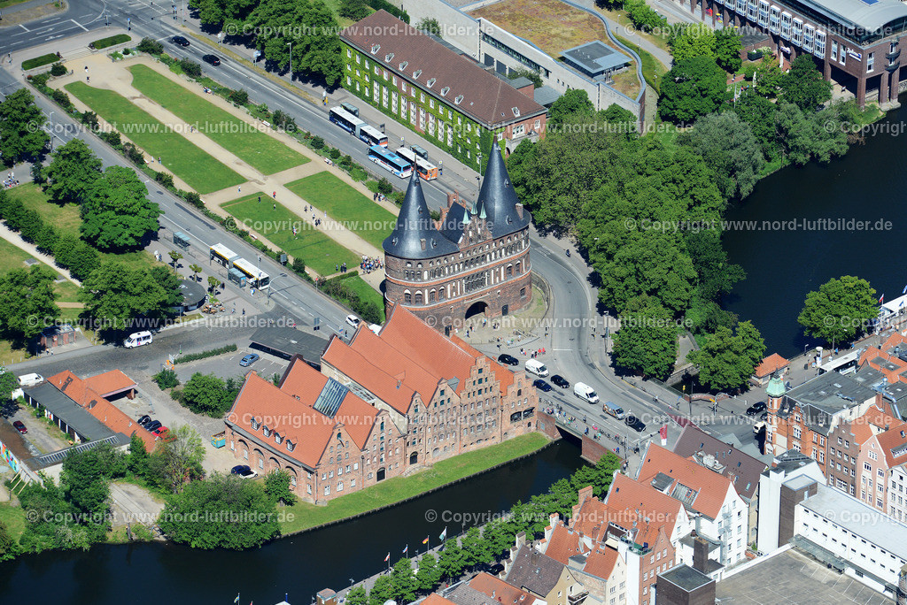 Lübeck_ELS_8545151106 | Lübeck - Aufnahmedatum: 10.06.2015, Aufnahmehoehe: 609 m, Koordinaten: N53°51.618' - E10°41.630', Bildgröße: 5826 x  3889 Pixel - Copyright 2015 by Martin Elsen, Kontakt: Tel.: +49 157 74581206, E-Mail: info@schoenes-foto.de  Schlagwörter;Foto Luftbild,Altstadt,HolstenTor,Kirche,Hanse,Hansestadt,Luftaufnahme,