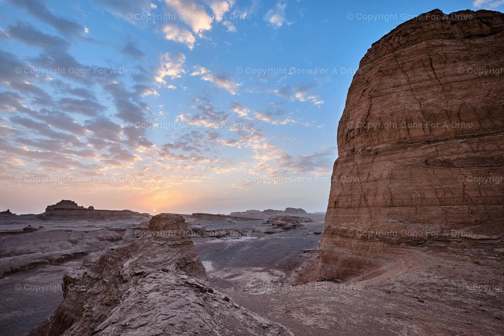 Iran | Sonnenaufgang über den Felsformationen der Lut Wüste